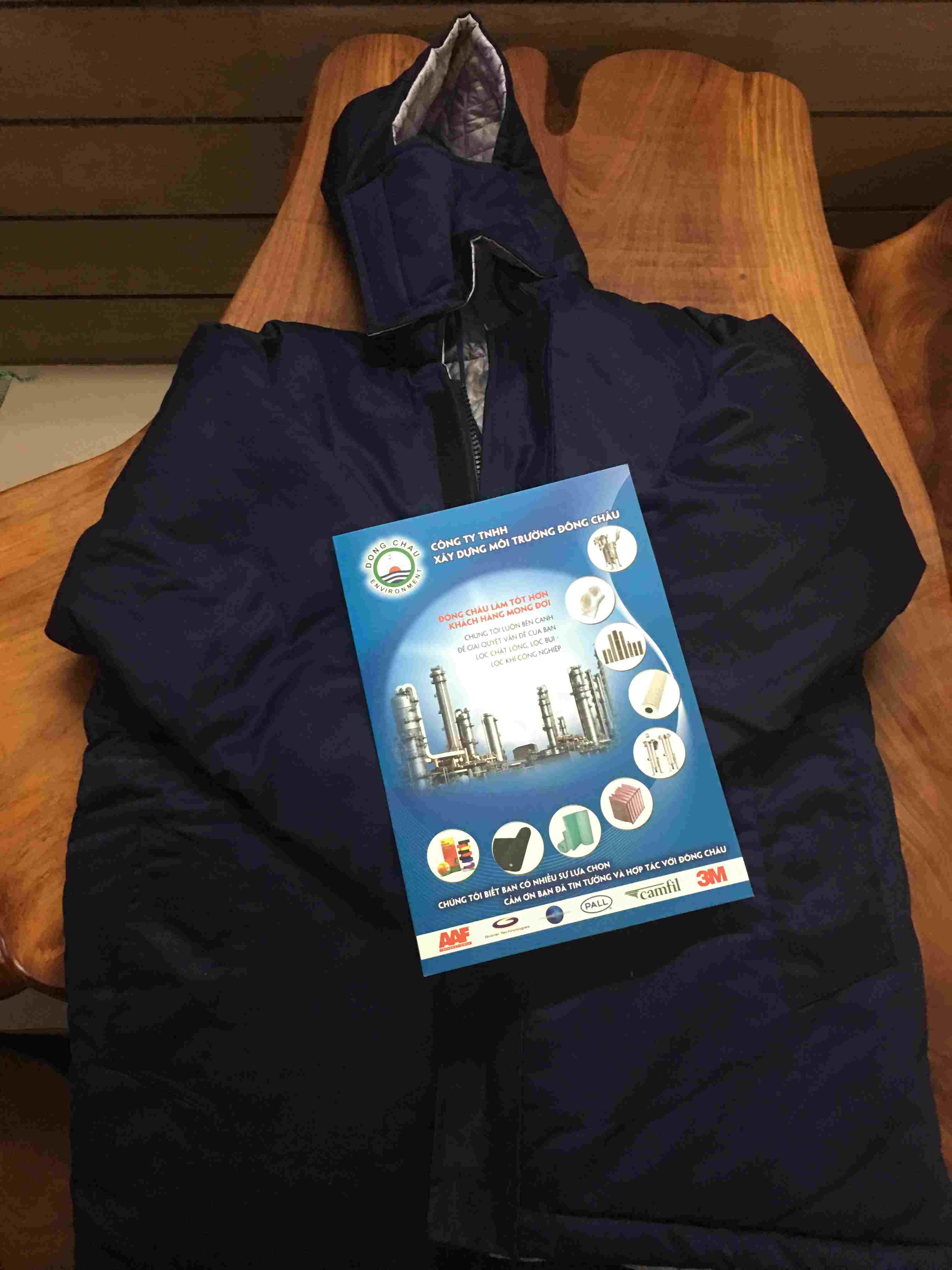 Quần áo được may bằng vải kaki hoặc nylon, bên trong may bằng vải nỷ, bông, lông cừu, có thêm vải lót bên trong dày 5 lớp